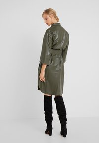CLOSED - SHILOH - Blousejurk - shadow green - 2