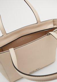 Calvin Klein - MUST - Sac à main - beige - 3