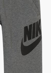 Nike Sportswear - CLUB PANT - Teplákové kalhoty - carbon heather/smoke grey/black - 3