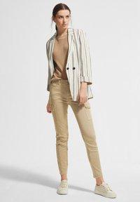 comma casual identity - Pantaloni cargo - sand - 1