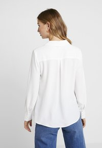 Forever New - BUTTON FRONT RELAXED BLOUSE - Blouse - porcelain - 2