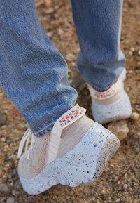 Nike Sportswear - SPACE HIPPIE 04 - Zapatillas - summit white/multi color/photon dust/concord/chambray blue - 2