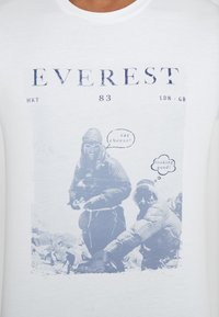 HKT by Hackett - EVEREST TEE - Triko s potiskem - white - 5