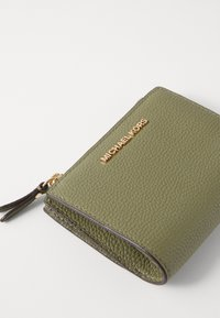 MICHAEL Michael Kors - JET SET SNAP BILLFOLD SMALL - Wallet - army green - 3