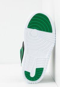 Jordan - SKY 1 UNISEX - Basketball shoes - black/pine green/gym red - 5