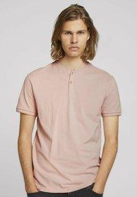 TOM TAILOR DENIM - MIT STREHKRAGEN - Basic T-shirt - soft peach skin - 0