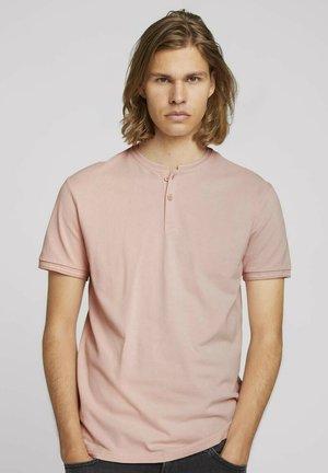 MIT STREHKRAGEN - Basic T-shirt - soft peach skin