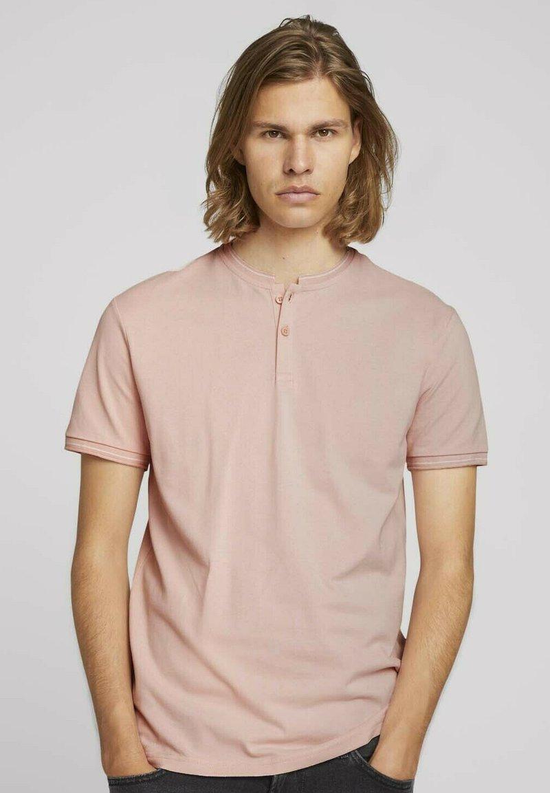 TOM TAILOR DENIM - MIT STREHKRAGEN - Basic T-shirt - soft peach skin