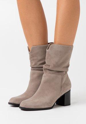 Vysoká obuv - mud