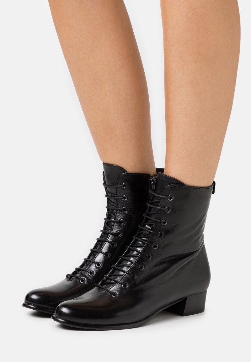 Everybody - BRYONIA - Botines con cordones - black