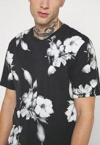 Religion - FLORAL TEE - T-shirt med print - wash black - 5