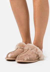 UGG - SCUFFETTE FLORAL - Chaussons - amphora - 0