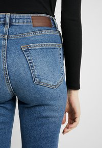 Pieces - PCLEAH MOM - Jeans relaxed fit - medium blue denim - 5