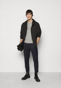 Bally - T-shirt imprimé - grigio melange - 1