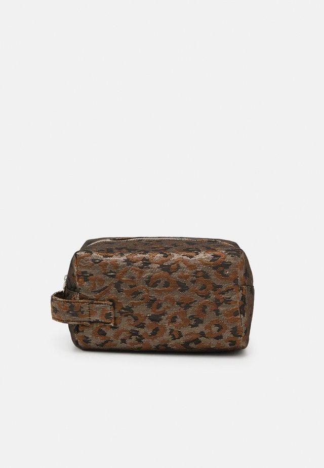 AVER LEOPARD - Kosmetická taška - silver/brown/multi