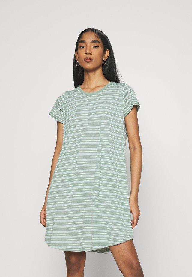 TINA DRESS - Sukienka z dżerseju - lush green