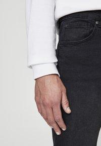 PULL&BEAR - SCHWARZE BASIC-KAROTTENJEANS 05682546 - Džíny Slim Fit - dark grey - 2