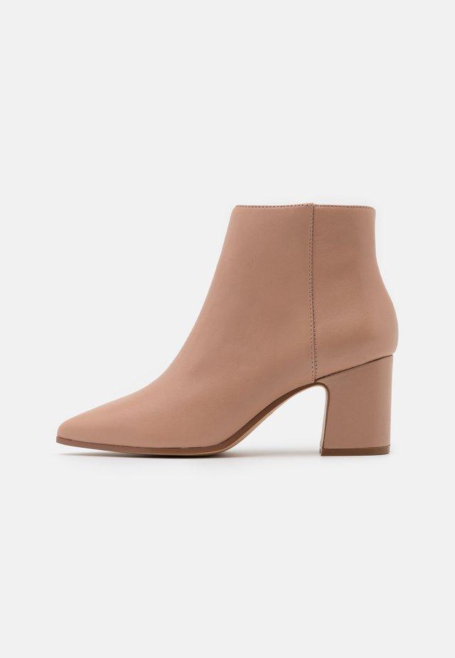 KISSA - Ankle boot - bone