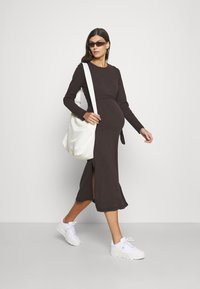 Missguided Maternity - MATERNITY RIB BELTED SIDE - Jumper dress - brown - 1