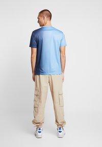 Daily Basis Studios - SIDE FADE TEE - T-shirt basic - navy/light blue - 2