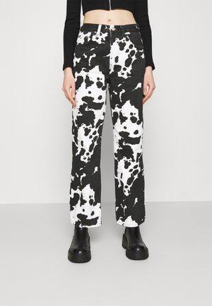 COW PRINT RUNWAY - Jean boyfriend - black/white