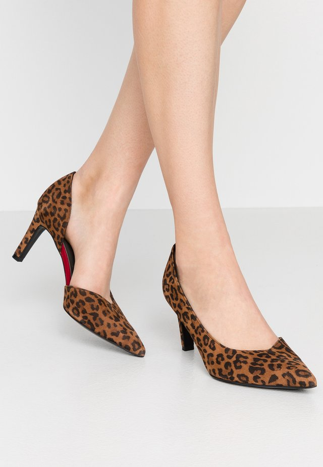 WIDE FIT TAJA - Tacones - sable/lipstick