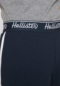 Hollister Co. - CHAIN LOGO - Shorts - navy - 3