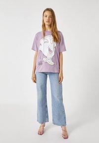 PULL&BEAR - MIT TASSILO-MOTIV - Print T-shirt - mauve - 0