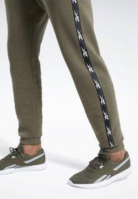 Reebok - TAPE JOGGER - Teplákové kalhoty - armygr - 5