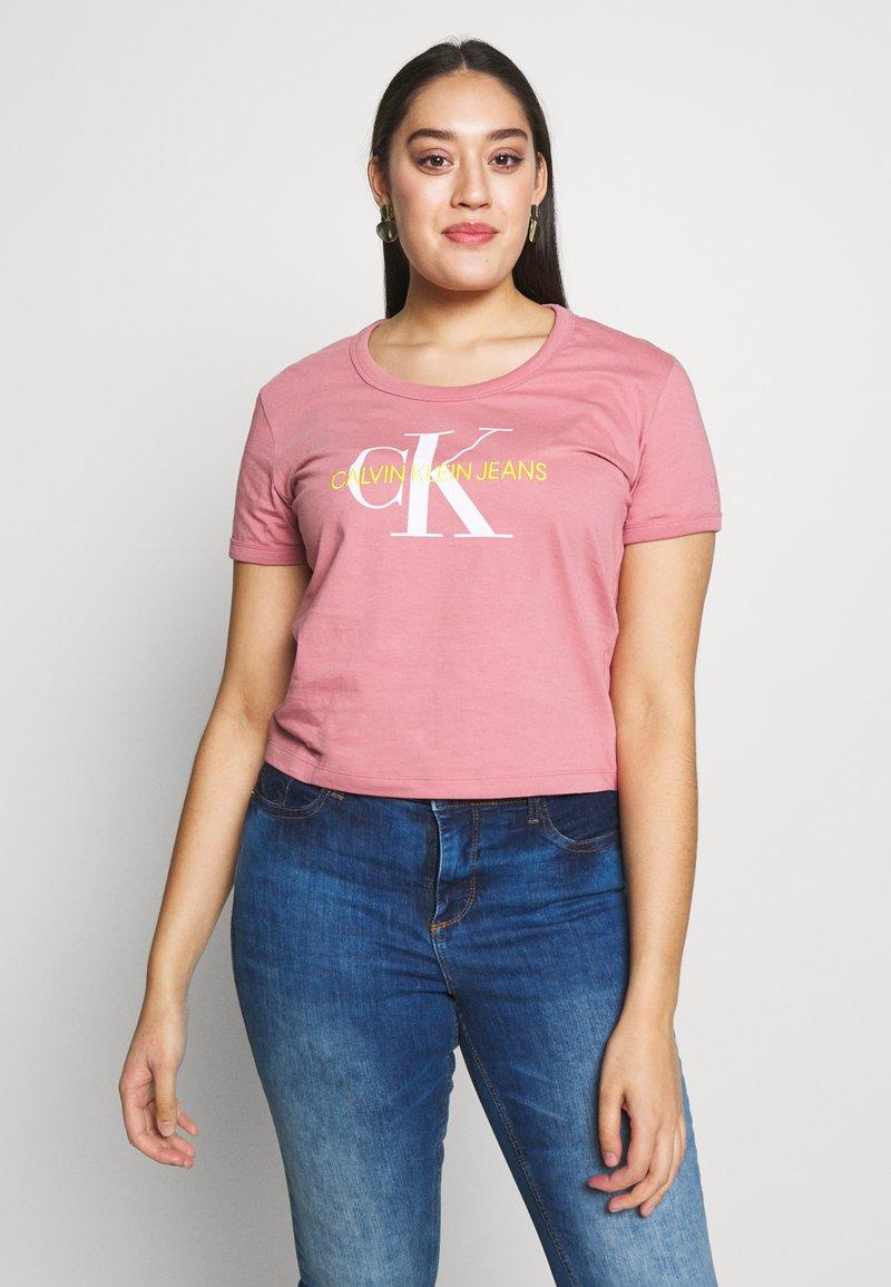 Calvin Klein Jeans Plus - VEGETABLE DYE MONOGRAMTEE - Print T-shirt - brandied apricot