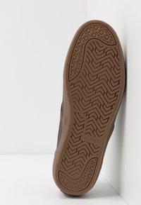 Globe - MOTLEY - Sneakersy niskie - mulch - 4