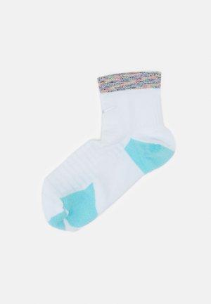 SPARK CUSH ANKLE UNISEX - Sports socks - white/copa/multi-color/silver