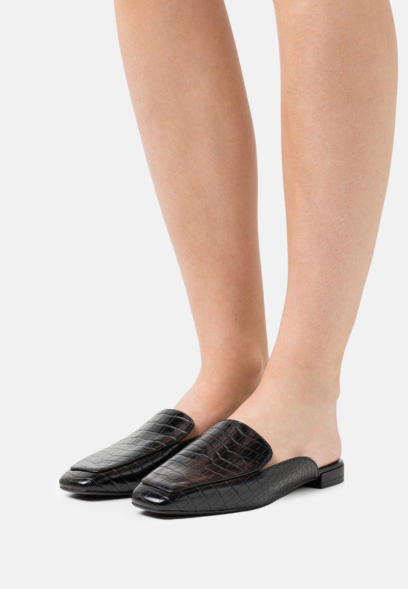 NA-KD - CROC SLIP IN LOAFERS - Mules - black