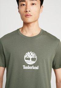 Timberland - STACK LOGO TEE - Print T-shirt - grape leaf - 3