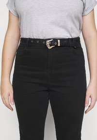 Pieces Curve - PCROSIE WESTEN BELT - Slim fit jeans - black - 5
