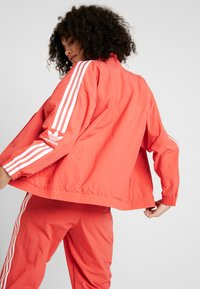 adidas Originals - ADICOLOR SPORT INSPIRED NYLON JACKET - Veste coupe-vent - trace scarlet/white - 2