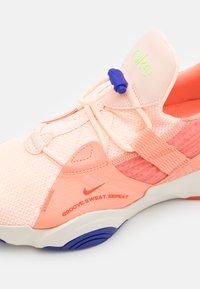 Nike Performance - SUPERREP GROOVE - Treningssko - crimson tint/team orange/crimson bliss/pale ivory/concord/lime glow - 5