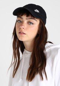 Nike Sportswear - W NSW H86 CAP FUTURA CLASSIC - Cap - black/white - 1
