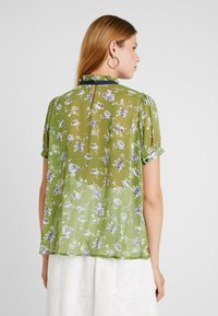 Sister Jane - BUDDING PLEATED BLOUSE SHORT SLEEVE EXCLUSIVE - Camicetta - green - 2