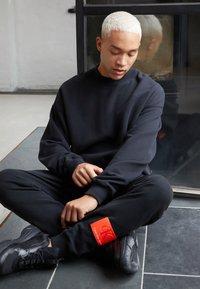 Calvin Klein Jeans - OVERSIZED BADGE - Sweatshirt - black - 1