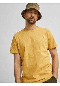 Selected Homme - SLHNORMAN O NECK TEE - Basic T-shirt - wood thrush - 4
