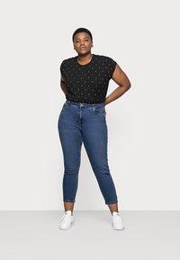 Vero Moda Curve - VMJOANA MOM - Jeans relaxed fit - medium blue - 1