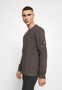 Calvin Klein Jeans - MONOGRAM BADGE TEE - Long sleeved top - aluminium grey - 0