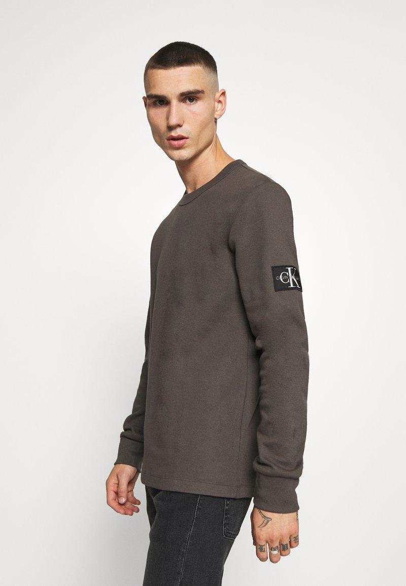 Calvin Klein Jeans - MONOGRAM BADGE TEE - Long sleeved top - aluminium grey