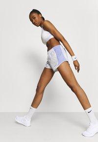 Nike Performance - ICON CLASH 10K SHORT - Short de sport - light thistle/clear - 3