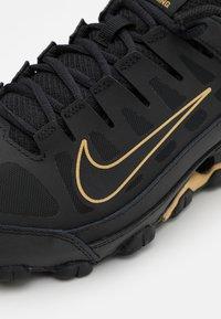 Nike Performance - REAX 8  - Obuwie treningowe - black/metallic gold - 5