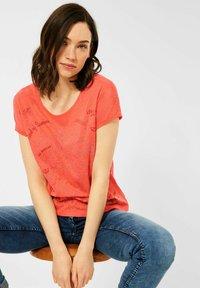 Cecil - MIT BURNOUT-OPTIK - Print T-shirt - coral - 1