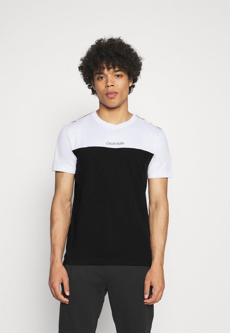 Calvin Klein - COLOR BLOCK - Printtipaita - white