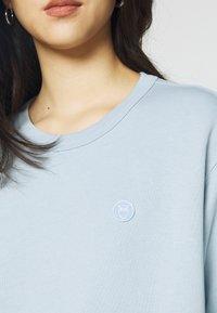 KnowledgeCotton Apparel - DAPHNE BASIC BADGE - Sweater - blue fog - 4