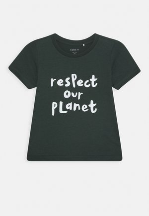 NMNLAGREEN  - T-shirt med print - darkest spruce